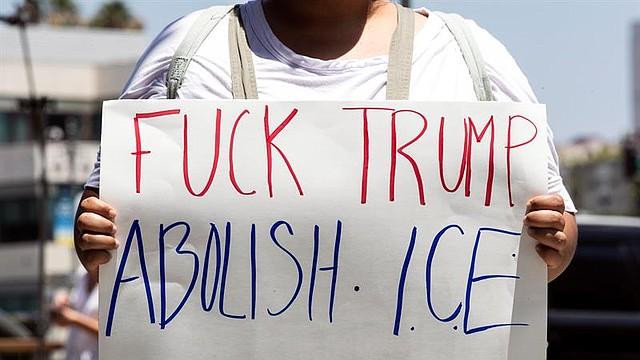 """DESCONTENTO. La protesta se prolongó por varias horas y los participantes corearon consignas y mostraron carteles con frases como """"Nunca más es ahora"""" o """"Nunca más significa cierren los campos de concentración""""."""