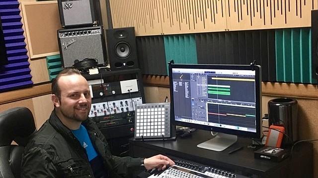 Carlos Santos Györi es un venezolano, productor musical, ingeniero de masterización y editor de audio para el genial tecladista de jazz Santiago Bosch y bandas como Santoral o Chuchuguaza Style.