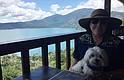 EL SALVADOR. Visita de la embajadora al lago de Coatepeque junto a su mascota