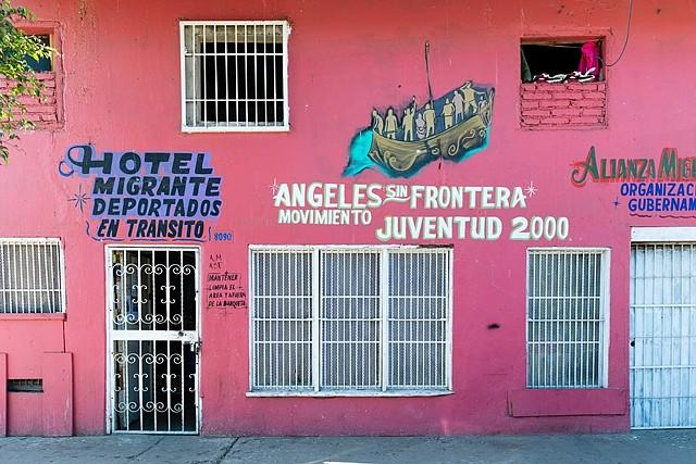 El Hotel Migrante Ángeles Sin Fronteras en Tijuana, México, sirve como hogar temporal para aproximadamente 30 de los migrantes que han llegado en grandes caravanas desde Centroamérica. El refugio alberga principalmente a familias con niños que buscan asilo en los Estados Unidos. (Heidi de Marco/KHN)