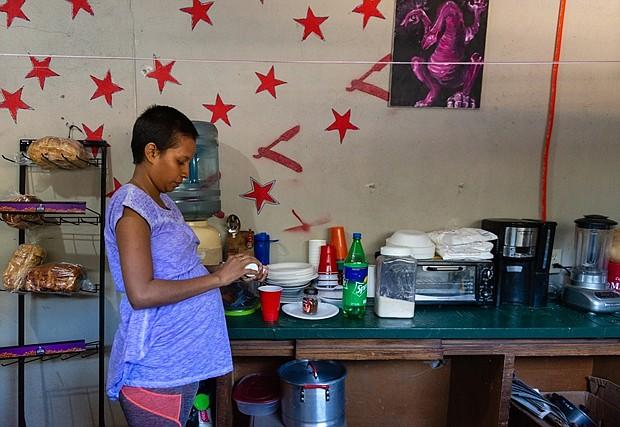 """Jiménez Martínez dijo que ella y su esposo huyeron de Honduras porque no podían encontrar un trabajo estable, y sufrían el hostigamiento constante de pandillas locales en su ciudad natal de Tegucigalpa. Contó que esperó durante tres semanas en una fila en la frontera con los Estados Unidos con lo que se sentía como """"miles de personas"""" para poder solicitar asilo. Ahora pasa sus días esperando que llamen su número para que un tribunal de inmigración de Estados Unidos pueda ver su caso. (Heidi de Marco/KHN)"""