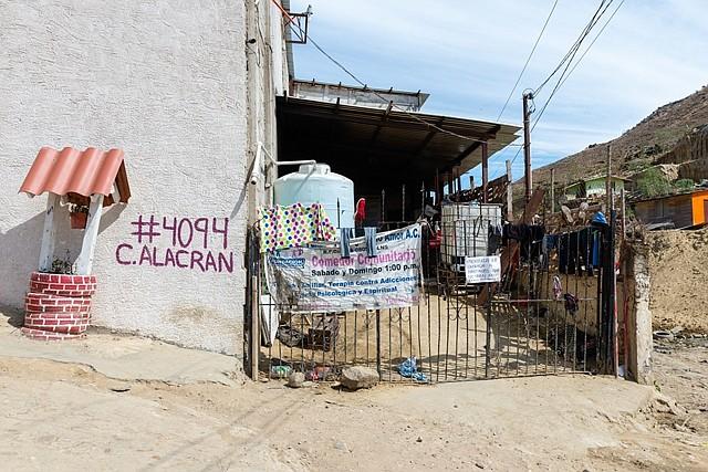 El refugio Camino de Salvación, dirigido por la iglesia Embajadores de Jesús, se encuentra en Cañón del Alacrán, en las afueras de Tijuana. Alberga a unos 75 migrantes, y comenzó a aceptar refugiados hace dos años en respuesta a un fuerte aumento en el número de solicitantes de asilo haitianos. Desde entonces ha abierto sus puertas a migrantes centroamericanos. (Heidi de Marco/KHN)