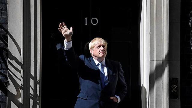 MUNDO. El Primer Ministro británico, Boris Johnson, saluda al entrar en el 10 de Downing Street tras su nombramiento por la Reina en Londres, Reino Unido