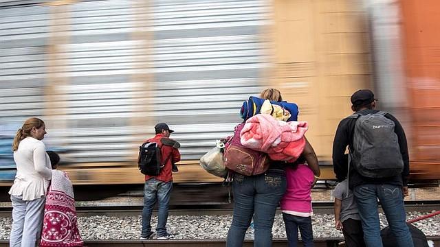 """MIGRACIÓN. Familias de migrantes centroamericanos intentan subirse al tren la """"Bestía"""", este jueves a las afueras de la ciudad de Saltillo, en el estado de Coahuila (México) a la espera de llegar a la frontera estadounidense"""