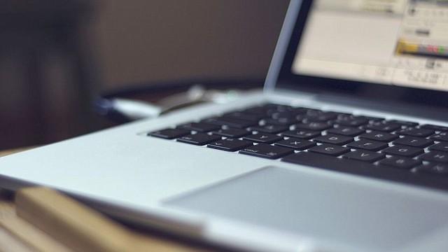 TECNOLOGÍA. Foto de referencia de un ordenador portátil con internet. | Imagen de Pixabay.