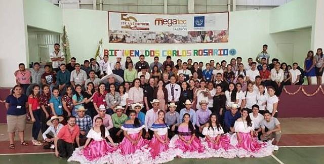 VIAJE. La escuela Carlos Rosario realizó una visita histórica a El Salvador