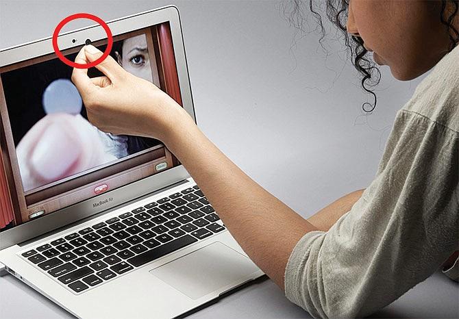 ¿Usted cubre la lente de su laptop?