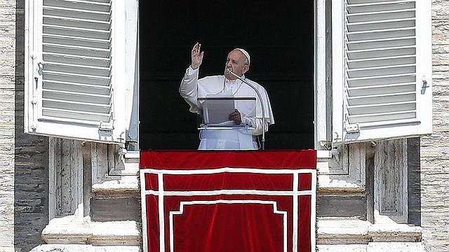 MUNDO. El Papa Francisco pronuncia su mensaje durante la oración del Ángelus en la Plaza de San Pedro, Vaticano