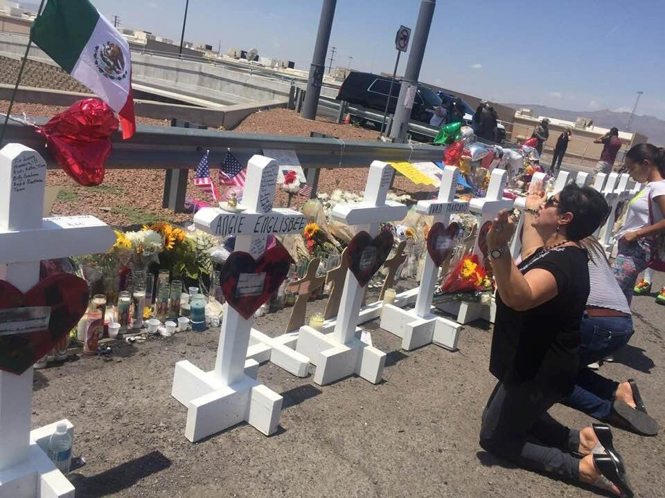 SUFRIMIENTO. Una mujer latina ora junto a las cruces que fueron colocadas frente a la tienda Walmart en la masacre de El Paso, Texas