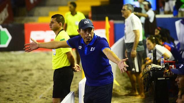 DEPORTES. Elías Ramírez, técnico del equipo, dijo que hay chicas salvadoreñas que les gustaría estar en esta Selección.   Foto EDH/David Martínez