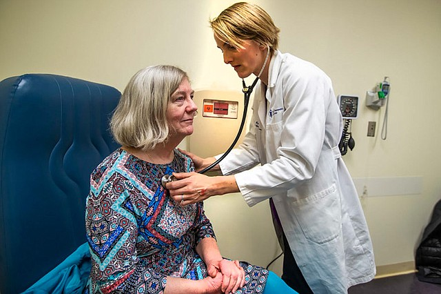 La doctora Rice chequea la respiración de Mary Heafy durante un examen de asma en la Beth Israel Deaconess Clinic. Rice le dijo a Heafy que el cambio climático parece estar extendiendo la temporada de alergias en el área de Boston. (JESSE COSTA/WBUR)