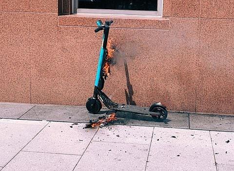 PRECAUCIÓN. Después de un incidente en mayo en el que un patinete se incendió cerca de las calles 14 y I NW, Skip dijo que los aparatos estaban equipados con características de seguridad adicionales. | Foto: Olivier Laurent/The Washington Post