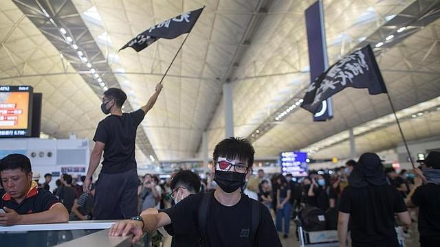 MUNDO. Manifestantes ocupan el Aeropuerto Internacional de Hong Kong Chek Lap Kok en Hong Kong, China, el 12 de agosto de 2019