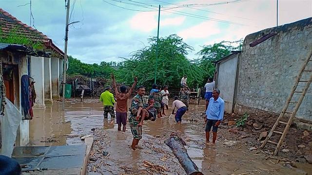 LLUVIAS. El estado sureño de Karnataka registró 48 muertos, 16 desaparecidos y alrededor de 390 mil personas fueron evacuadas.