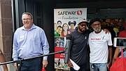 Matthew Boyd de Safeway (izq) y Santana Moss tomándose una foto con algunos asistentes al evento.