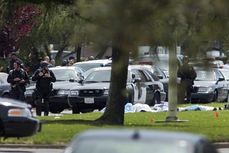 SEGURIDAD. Las tomas aéreas muestran que un vehículo blindado se acercó a una calle residencial en el norte de Filadelfia, donde muchos policías se arrodillaban y se agachaban detrás de varios autos con armas en la mano.