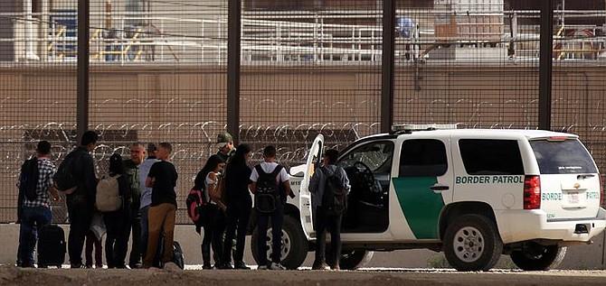 MIGRACIÓN. Un grupo de migrantes centroamericanos son detenidos por la patrulla fronteriza este martes, en Ciudad Juárez