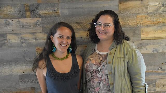 IMPULSO. De izq. a der.: Carolina Buitrago (District Bridges) y Nicole Andoni (LEDC) trabajan con comerciantes latinos en DC. FOTO: Tomás Guevara - ETL