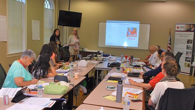 ESTRATEGIAS. Penniman (Esquina Izq) en una sesión de trabajo con voluntarios y staff de la Cruz Roja del área del DMV. FOTO: Tomás Guevara – ETL