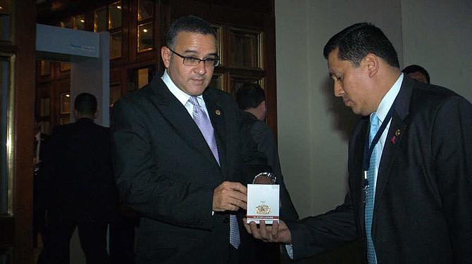 EL SALVADOR. El ahora prófugo Mauricio Funes, toma un cigarro cubano Romeo y Julieta en una pausa durante una reunión en ciudad de Guatemala celebrada en 2011