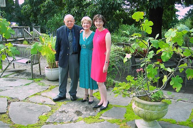 Bob y Marjorie McHenry posan junto a su hija Karen en su fiesta del 50 aniversario de casados, en 2009. Bob McHenry tuvo una cirugía tras un accidente cerebrovascular en 2012, luego de la cual entró en coma. Cuando Marjorie se cayó y se fracturó cinco costillas en 2017, decidió junto no operarse, luego de una charla con el equipo de cuidados paliativos del hospital. (Cortesía Karen McHenry)