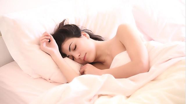 DESCANSO. Foto de referencia de una persona mientras duerme. | Imagen de Pixabay.