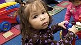 IMPORTANTE. Cuando un padre de familia encuentra un centro de cuidado infantil que podrían funcionar para su familia, debe preguntar por las horas de funcionamiento, las cualificaciones de los maestros, la proporción entre niños y maestros, el plan de estudios y los costos.