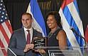 LLAVES. La alcaldesa Muriel Bowser entregó las llaves de Washington, DC a Ernesto Muyshondt, alcalde de San Salvador. | Foto: Tomás Guevara - ETL