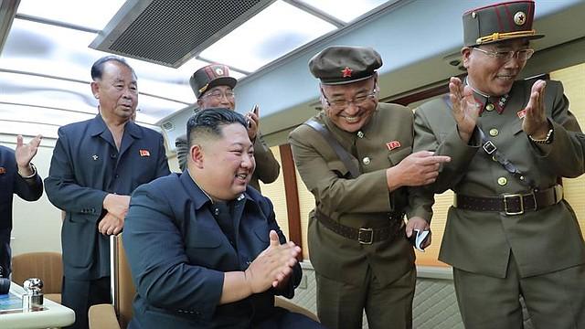 MUNDO. Una foto publicada por la Agencia Central de Noticias de Corea del Norte (KCNA) muestra a Kim Jong-Un (2-L), presidente del Partido del Trabajo de Corea, presidente de la Comisión de Asuntos de Estado de la República Popular Democrática de Corea y comandante supremo de las fuerzas armadas de la República Popular Democrática de Corea, guiando la prueba de fuego de un arma nueva desde un lugar no revelado en Corea del Norte