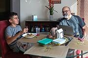 Sam y su papá, Ali, almorzando en su casa de Irvine, California. (Heidi de Marco/KHN)