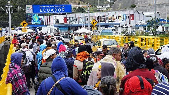 MIGRACIÓN. Migrantes venezolanos esperan este viernes en la frontera con Colombia, en el paso de Rumichaca (Ecuador). | Efe/Carlos Jimenez