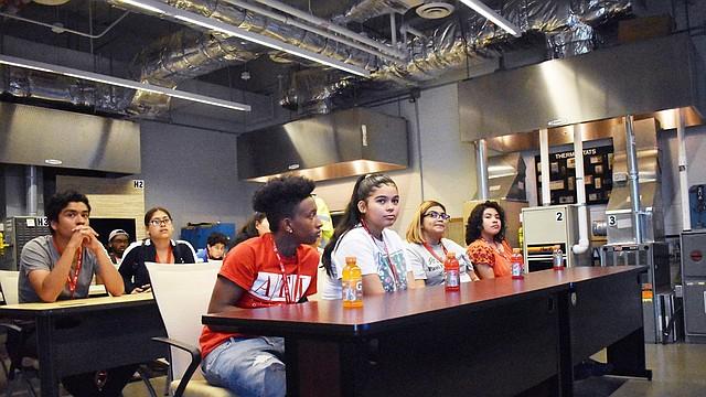 Los estudiantes escucharon a empleados latinos de Washington Gas provenientes de varias divisiones dentro de la compañía que compartieron sus propias historias personales y trayectorias profesionales únicas.