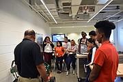 Los estudiantes aprendieron la diferencia entre los incendios de gas y electricidad, la seguridad del gas natural, qué es el gas natural y cómo se produce el mercaptano.