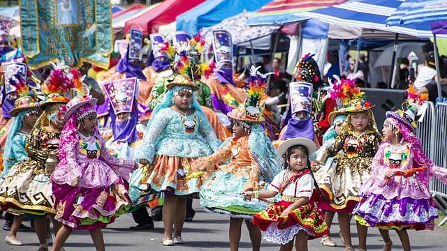 TRADICIONES. Los bolivianos en los Estados Unidos inculcan a los niños el respeto a sus tradiciones.