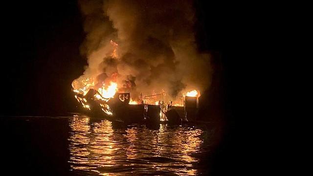 ACCIDENTE. Una foto distribuida por el Departamento de Bomberos del Condado de Santa Bárbara muestra una embarcación en llamas en el lado norte de la Isla Santa Cruz, California, EE.UU.