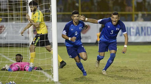 DEPORTE. Nelson Bonilla y Roberto Domínguez celebran tras anotar el primer gol ante Jamaica. | Foto: EDH/Jessica Orellana