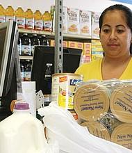Muchos inmigrantes han dejado de solicitar beneficios para evitar problemas cuando hagan trámites migratorios.