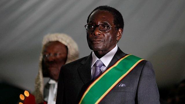 MUNDO. Imagen de archivo con fecha del 29 de junio de 2008 que muestra al presidente de Zimbabwe, Robert Mugabe, durante su ceremonia de juramento en Harare, Zimbabwe. | Foto: Efe