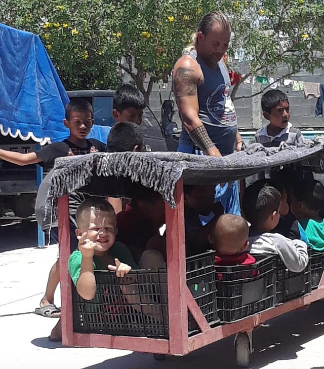 VECINOS. Un grupo de niños vecinos de Ehisler en el refugio de Reynosa son trasladados en el interior del lugar. | Foto cortesía.
