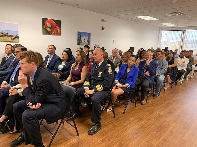 El Congresista Joe Kennedy III, el Comisionado de la Policía de Chelsea, Brian Kyes, entre otros funcionarios públicos, asistieron a la inauguración del Consulado de Honduras en Boston.