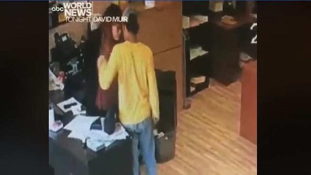 SUCESO. El incidente quedó registrado en una cámara de seguridad del local. La policía busca al sospechoso. | Foto captura de pantalla.