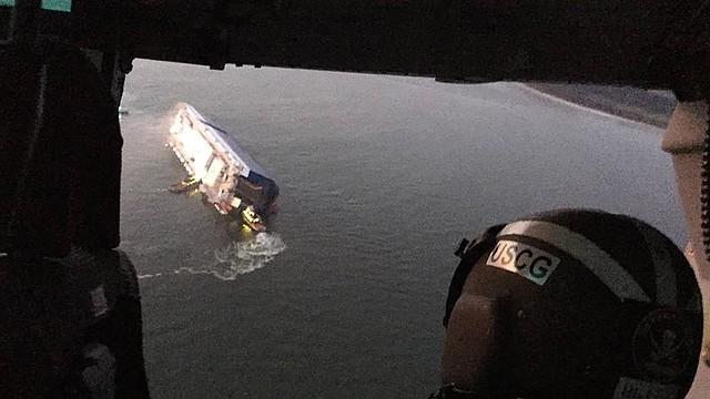 Una foto distribuida por la Guardia Costera de los EEUU que muestra una tripulación de la Guardia Costera y funcionarios portuarios mientras responden a un buque de carga volcadocon un incendio a bordo en St. Simons, Georgia, el 8 de septiembre. | Foto: Efe.
