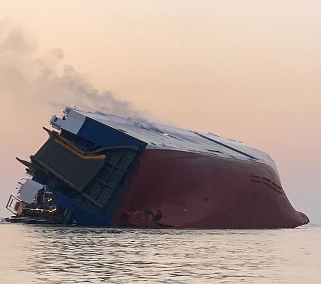 Foto informativa puesta a disposición por la Guardia Costera estadounidense que muestra una vista general de un buque de carga Golden Ray accidentado, el 8 de septiembre. | Efe