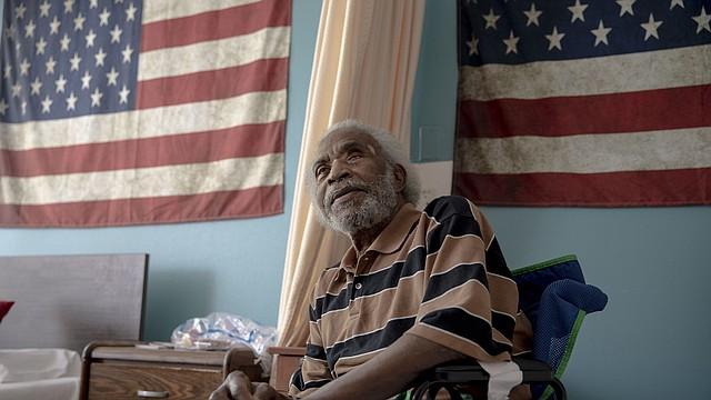 El veterano del ejército, Eugene Milligan, perdió su beneficio de Meals on Wheels luego de estar internado por largo tiempo el invierno pasado. Tiene que depender de su hijo, de una conocida que es enfermera o de una iglesia local para recibir comidas. (Andrea Morales para KHN)
