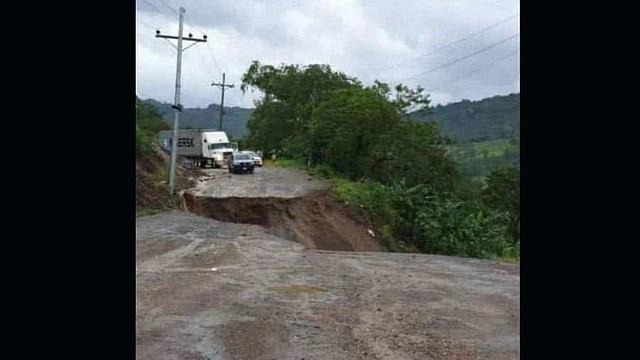 INCOMUNICADOS. El movimiento de tierra que fraccionó en dos la carretera que desde San Pedro Sula, norte, comunica con los occidentales departamentos de Santa Bárbara, Copán y Ocotepeque.
