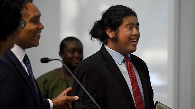 """PREMIADO. Ángel Henríquez sonríe después de recibir el premio """"En la Dirección Correcta"""" del Fiscal General de D.C., Karl Racine. Henríquez fue uno de los más de dos docenas de jóvenes honrados por superar desafíos y hacer cambios positivos en sus comunidades."""