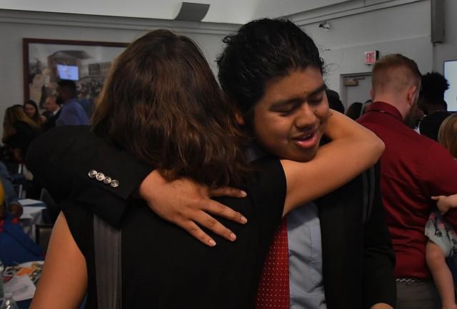 ACTIVISTA. Ángel Henríquez recibe un abrazo de Robyn Lingo, directora ejecutiva de Mikva Challenge DC, una organización para la que trabaja con el fin de involucrar a los jóvenes de Washington, D.C. en la política.