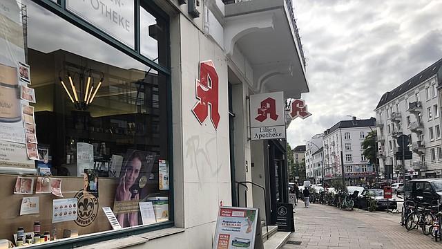En Alemania, los medicamentos tienen precios fijos. Un panel del gobierno define lo que pagarán los seguros públicos. Luego, los mayoristas y las farmacias pueden agregar un sobreprecio, pero solo hasta donde permite la ley. (Shefali Luthra/KHN)