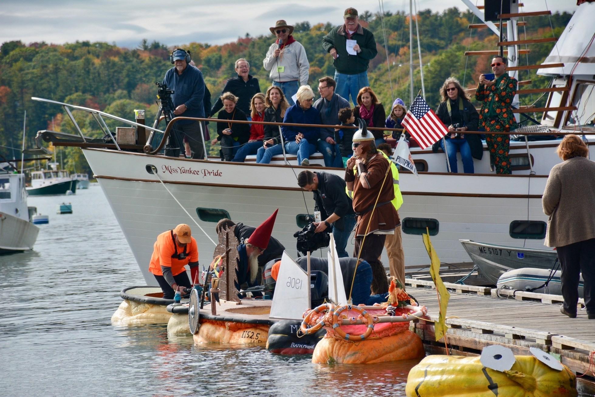 La competencia de botes-calabaza en Damariscotta, Maine es una de las principales atracciones del Pumpkinfest & Regatta que ocurre todos los años en el fin de semana de Columbus Day.