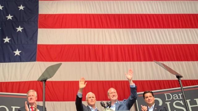 POLÍTICA. El vicepresidente de Estados Unidos, Mike Pence junto al republicano Dan Bishop en un evento del partido republicano